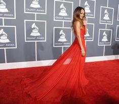Rihanna paseó palmito y acaparó todas las miradascon un Azzedine Alaïarojo y con la espalda descubierta en los Premios Grammy 2013 #cantantes #people #celebrities #singers #redarpet