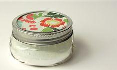 Uma solução tão simples para eliminar odores desagradáveis ... encher um quarto de um frasco de vidro com bicarbonato de sódio (absorve odores) e adicionar algumas gotas (6-8) do óleo essencial. Tampe a panela com uma tampa e faça alguns buracos pronto ... Quando você precisa de uma ação rápida, pegue o vidro e agite-o um pouco. O odor desaparecerá em pouco tempo!