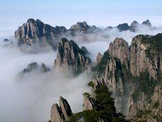 Montanhas Huangshan, China. Todo o esforço para chegar até o cume de Huangshan vale muito a pena, pois a belíssima paisagem das nuvens tocando as montanhas abaixo de você é simplesmente de tirar o fôlego!  Fotografia: demalasprontasblog.wordpress.com