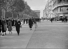 L'avenue des Champs-Elysées en 1928... Une photo d'André Kertész (Paris 8ème)