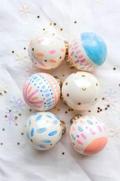 Hand painted baubles for christmas decoration. Full of pastel colors. A great DIY project Retro Christmas, Christmas Love, Diy Christmas Gifts, Holiday Crafts, Christmas Holidays, Christmas Decorations, Xmas, Christmas Wrapping, Diy Christmas Baubles