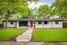 18 Spectacular Mid-Century Modern Exterior Designs That Will Bring You Back To The Modern House Exterior Bring designs exterior midcentury modern Spectacular Café Exterior, Exterior Remodel, Modern Exterior, Exterior Paint, Exterior Design, Colonial Exterior, Rustic Exterior, Cottage Exterior, Exterior Colors