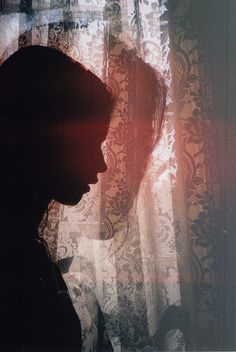 Sou o fantasma de um rei Que sem cessar percorre As salas de um palácio abandonado... Eu não sei o que sou. Não sei se sou o sonho Que alguém do outro mundo esteja tendo... Fernando Pessoa 19-10-1913 Novas Poesias Inéditas. Fernando Pessoa. (Direcção, recolha e notas de Maria do Rosário Marques Sabino e Adelaide Maria Monteiro Sereno.) Lisboa: Ática, 1973 (4ª ed. 1993).   LA by Flo Morrissey, via Flickr