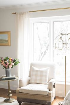 All the details about one of my favorite paint colors, Sherwin Williams Zurich White. Best Neutral Paint Colors, Favorite Paint Colors, Wall Colors, Best Interior Paint, Interior Paint Colors, Cafe Interior, Sherwin Williams White, Do It Yourself Inspiration, Color Inspiration