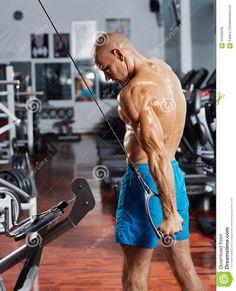 exerccio-do-trceps-em-uma-mquina-do-cabo-59399049.jpg (1053×1300)