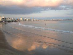 Plage des sables et soleil réverbérant