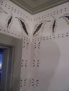 """Moses Eaton stencils, leaves and """"fire and sticks"""". I have the leaves in my foyer. Painting Wallpaper, Stencil Painting, House Painting, Wall Stenciling, Primitive Living Room, Primitive Homes, Primitive Country, Stencil Fabric, Stencil Font"""