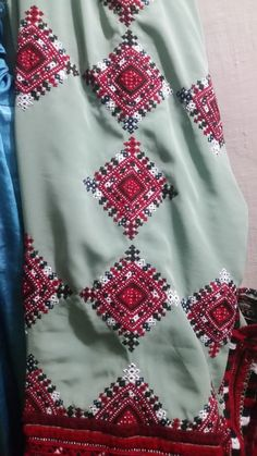 Embroidery On Kurtis, Hand Embroidery Dress, Kurti Embroidery Design, Embroidery Neck Designs, Kurta Designs Women, Blouse Designs, Balochi Dress, Afghan Dresses, Weeding Dress