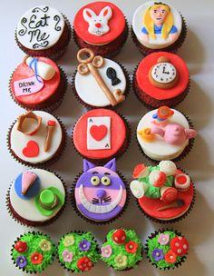 Cupcakes de Alicia en el pais de las Maravillas con fondant| Crédits: http://cupcake-adventures.blogspot.ca