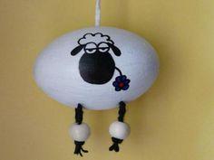 ..verträgt sich sehr gut mit den schwarzen Schafen, man kann diese ohne Bedenken nebeneinander hängen ;) Es handelt sich um ausgepustete Eier (keine Kunsteier), mit Acrylfarbe bemalt und mit Lack...
