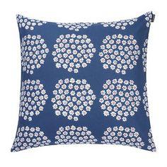 Puketti ist ein stilreines Marimekko-Muster, das von Annika Rimala designt wurde. Die Punkte auf diesem Kissenbezug mit den Abmessungen 50 x 50cm bestehen aus kleinen, weißen Blümchen.