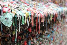 Altro che lucchetti. Questo 'muro di gomma' si trova nel centro di Seattle, a Post Alley sotto il Pike Place Market: The Market Theater Gum Wall è diventato famoso abbastanza da avere una sua pagina su Wikipedia. Sui suoi quattro metri e mezzo di altezza e i circa sedici di lunghezza, ci sono