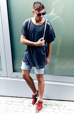 Men's Navy Crew-neck T-shirt, Light Blue Denim Shorts, Burgundy Low Top Sneakers, White Canvas Backpack Look Fashion, Urban Fashion, Streetwear, Looks Style, My Style, Mode Man, Mens Fashion Magazine, Inspiration Mode, Culottes