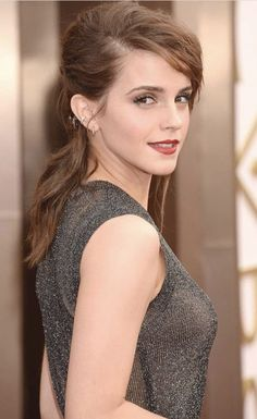 Actress Emma Watson, The Harry Potter Girl Who Is Well Known For Her Amazing Performance In The Series Of Harry Potter. She Is The Girl Emma Watson Makeup, Emma Watson Body, Emma Watson Style, Emma Watson Sexiest, Emma Love, Emma Watson Beautiful, Beautiful Celebrities, Gorgeous Women, Emma Watson Wallpaper