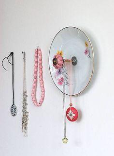 Aus einem weißen Teller mit zarten Blumendekor in gelb, rosa und lila wird dank einer kleinen Gewindestange und einem rosanen Möbelknauf mit golden...