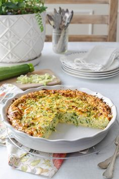 Need zucchini recipes? This zucchini quiche is crustless and easy! With grated zucchini, herbs and smoked gouda, it tastes amazing! Low Carb and perfect for keto meal planning. Vegetarian Quiche, Low Carb Vegetarian Recipes, Cooking Recipes, Healthy Recipes, Keto Recipes, Zucchini Quiche Recipes, Best Zucchini Recipes, Quiche Dish, Recipes