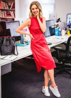 Look para o escritório com vestido midi e tênis.
