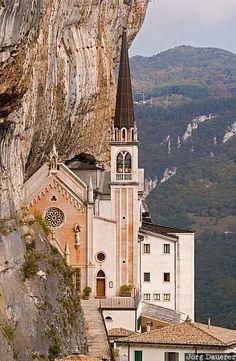 A capela Madonna della Corona perto Spiazzi, parte sul dos Alpes, a leste do Lago di Garda, Itália