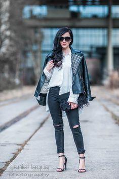 Outfit mit schwarzer Lederjacke mit silbernen Nieten, ripped skinny Jeans, High Heels, Sonnenbrille aus Holz von Woodzee   Streetstyle   Julies Dresscode Fashion Blog   https://juliesdresscode.de
