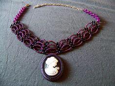Wiktoriańska kolia z otoczona ściegiem RAW kameą, na obróżce ze wzoru znalezionego na beadsmagic.com (Icequeen choker)