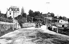 """A antiga estrada de Baiona, hoxe rúa de López Mora. O chalé da imaxe aínda existe, rodeado de """"ladrillo""""."""