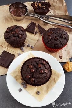 Čokoládové muffiny s arašidovým maslom - Muffiny sú moja srdcovka. :) Raz som mala možnosť ochutnať muffin z obchodu (veľká budova obkolesená autami, nákupnými vozíkmi a večne sa ponáhľajúcimi ľuďmi) a môžem povedať, že to bol zážitok na celý život. Nie práve pozitívny, ale o tom radšej pomlčím. :D Takže odvtedy si vymýšľam vlastné kombinácie zdravších, nadýchaných a hlavne menej presladených muffinov.