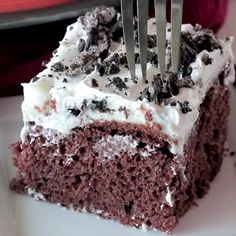 Oreo Puddin' Poke Cake ~ Chocolate Cake Topped with Oreo Pudding, Cool Whip and Crushed Oreos! Quick, Easy Poke Cake That Everyone Will Love! Oreo Poke Cakes, Poke Cake Recipes, Oreo Cake, Dessert Recipes, Oreo Pudding Cake, Chocolate Pudding Desserts, Oreo Desserts, Chocolate Recipes, Delicious Desserts