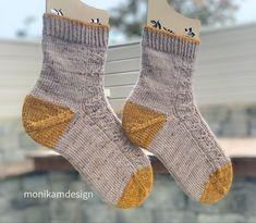 Sokken er strikket fra tåen og opp🍂 Enkelt og delikat strukturmønster på framsiden, glattstrikk under sokken🍂 #knitsocks #knitting #stricken #strikking #sokka #sockenstricken #socks