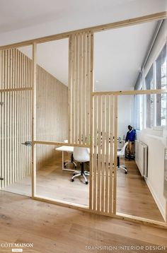 """un réaménagement du sol au plafond de 120m2 à réaliser pour l'agence de communication BORNÉO. Le but été de donner un coup de jeune et offrir des locaux en adéquation avec l'esprit de l'agence. Les """"cabanes"""" sont le point fort de ce projet: tout en respectant un budget restreint, elles ont permis de délimiter les différents espaces: - l'Open Space - la salle de réunion (cabane au fond à gauche rempli complètement de tasseaux) - la salle comptabilité (1ère cabane dans l'entrée à gauche)…"""