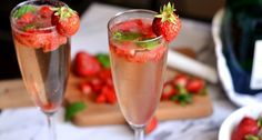 Epres pezsgős mojito recept: Szuper nyári, alkoholos vendégváró ital. Próbáld ki Te is ezt az epres pezsgős mojito receptet, imádni fogja mindenki! ;) Frozen Strawberry Daiquiri, Frozen Strawberries, Quick Recipes, Cooking Recipes, Mojito Recipe, Tequila Sunrise, Clean Eating Snacks, Smoothie, Cocktails