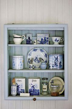 Ideas para una cocina romántica y vintage: exhibidor de vajilla china en madera, en tonos celeste y blanco. Ideas deco de Laura Peirano.