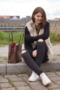 001c191d88af Converse Chucks, Outfits With Converse, White Converse, Louis Vuitton Bags  Prices, Handbags