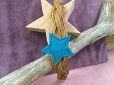 Modelo Big Star.  Pulsera trenzada de cuatro tiras planas en piel cuero y estrella central de ante verde agua.