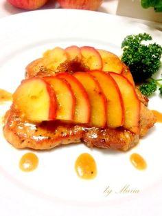 ポークソテー♡りんごと生姜のソース 豚肉の生姜焼きが身近な材料でちょっぴりお洒落に。 豚肉とリンゴは相性ぴったり♪爽やかな優しい甘さです。材料 豚肉 200g サラダ油 適量 黒こしょう(お好みで) 少々 ■ アップルジンジャーソース(リンゴと生姜のソース) 林檎 1/2個 レモン汁 大さじ1 さとう 大さじ1 バター 10g ○白ワイン(酒でも可) 50㏄ ○しょうゆ 大さじ1 ○生姜(すりおろし) 大さじ1 作り方 1 林檎は芯をとり、皮ごと5㎜幅位の薄切りに切る。 2 鍋にバターを熱し・・・ヘルシーにサラダ油でも。 3 林檎、レモン汁、さとうを加える。さとうでなく、はちみつやシロップも美味しい。甘いの苦手な人には、さとう抜きでも。 4 弱めの中火~弱火で煮る。お好みの柔らかさになったら火を止め、別皿に取っておく。 5 ○の調味料を合わせておく。白ワインの代わりにお酒や赤ワインでももちろんOK。 6 豚肉は、脂の部分の筋を切り、縮み防止。お好みで黒こしょう少々ふる。 7 鍋に油を熱し豚肉を入れる。 8 片面焼けたら、裏返し、火を少し弱め蓋をして蒸し焼きに。…