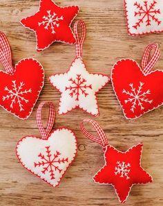 petites decorations en tissu blanc et rouge, utilisation de feutrine pour créer une decoration de noel originale