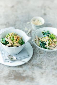 Pasta mit Zucchini, Spinat und Walnuss | http://eatsmarter.de/rezepte/pasta-mit-zucchini-spinat-und-walnuss