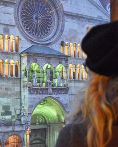 Guarda oltre il vetro e riempi gli occhi di meraviglia accade a #Cremona quando cala la notte e la Cattedrale si accende regalando unatmosfera suggestiva e magnetica. #inLombardia #inLombardia365  #ad #incollaborazionecon @in_lombardia