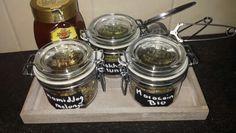 Zelfgemaakte verse thee potjes met krijtverf