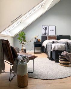 Binnenkijken bij homeofzodiac - Slaapkamer   Voor meer inspiratie volg mij op Instagram: @homeofzodiac Entryway Bench, Dining Bench, Home Bedroom, Sweet Home, Table, House, Furniture, Home Decor, Eindhoven