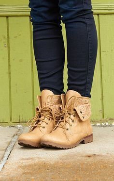 Very cute boots! I love these, somebody has to get me these.