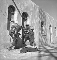 Maori Soldiers Clearing Italian Barracks On Western Desert Coast. Erwin Rommel, Maori People, Sherman Tank, Maori Art, Military Diorama, Lest We Forget, North Africa, Military History, World War Two