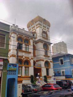 Estranha casa em estilo árabe