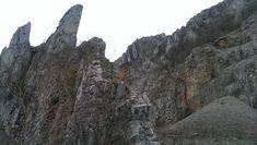 Tavaly, amikor a gyerekekkel a bél-kői kilátóból néztük a magaslati bányaudvar holdbéli fennsíkját, már tudtam, hogy vissza fogok jönni, hogy bemenjek a gigantikus kőteknőbe, és lemászva onnan, a sziklafal tövéből nézzek fel a kétszáz méter magas meredek kőhomlokzatra. A hétvégén ugyan elég… Half Dome, Hungary, Videos, Mount Rushmore, Marvel, Mountains, Nature, Pictures, Outdoor