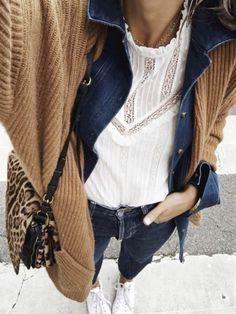Glisser une veste en jean sous un gilet cosy, un gimmick automnal aussi cosy que trendy !