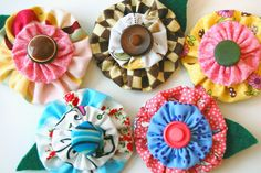Yo-yo flower pins by Miss Sews-It-All, Diy For Teens, Crafts For Teens, Crafts To Make, Arts And Crafts, Diy Crafts, Sewing Art, Sewing Crafts, Sewing Projects, Sewing Tutorials
