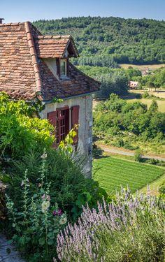 Ambiente: una casa con una huerta en un valle cerca de un rio