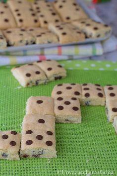 I biscotti domino con gocce di cioccolato sono un'idea semplice e originale per rendere ancora più allegra una festa di compleanno per bambini.