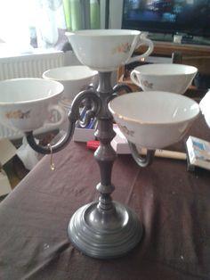 Chandelier détourner avec des vielles tasses à café pour l apéro