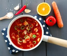 FISKESUPPE MED APPELSIN, TOMAT OG CHILI Chorizo, Hot Sauce, Thai Red Curry, Soup, Ethnic Recipes, Chili Con Carne, Spinach, Spicy Salsa