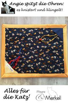 """Die Original """"Maunz & Merkel"""" Katsmatt - knistern, kuscheln, klingeln #Spielmatte für Katzen aus Baumwollmaterialien im Oberstoff, Vlies als Unterseite und eingenähter Knisterfolie. Mit einem Glöckchen und kleinen Spielbändchen, die in kleinen """"Zeltecken"""" eingenäht sind. In diesen Ecken können als zusätzlicher Spaß auch kleine Leckerlies versteckt werden. Größe ca. 50 x 40 cm Die Katsmatt ist bei 30°C, am liebsten im Pflegeprogramm und im Wäschesack, waschbar, aber bitte nicht bügeln. Kids Rugs, Home Decor, Madness, Cuddling, You're Welcome, Handmade, Games, Decoration Home, Kid Friendly Rugs"""